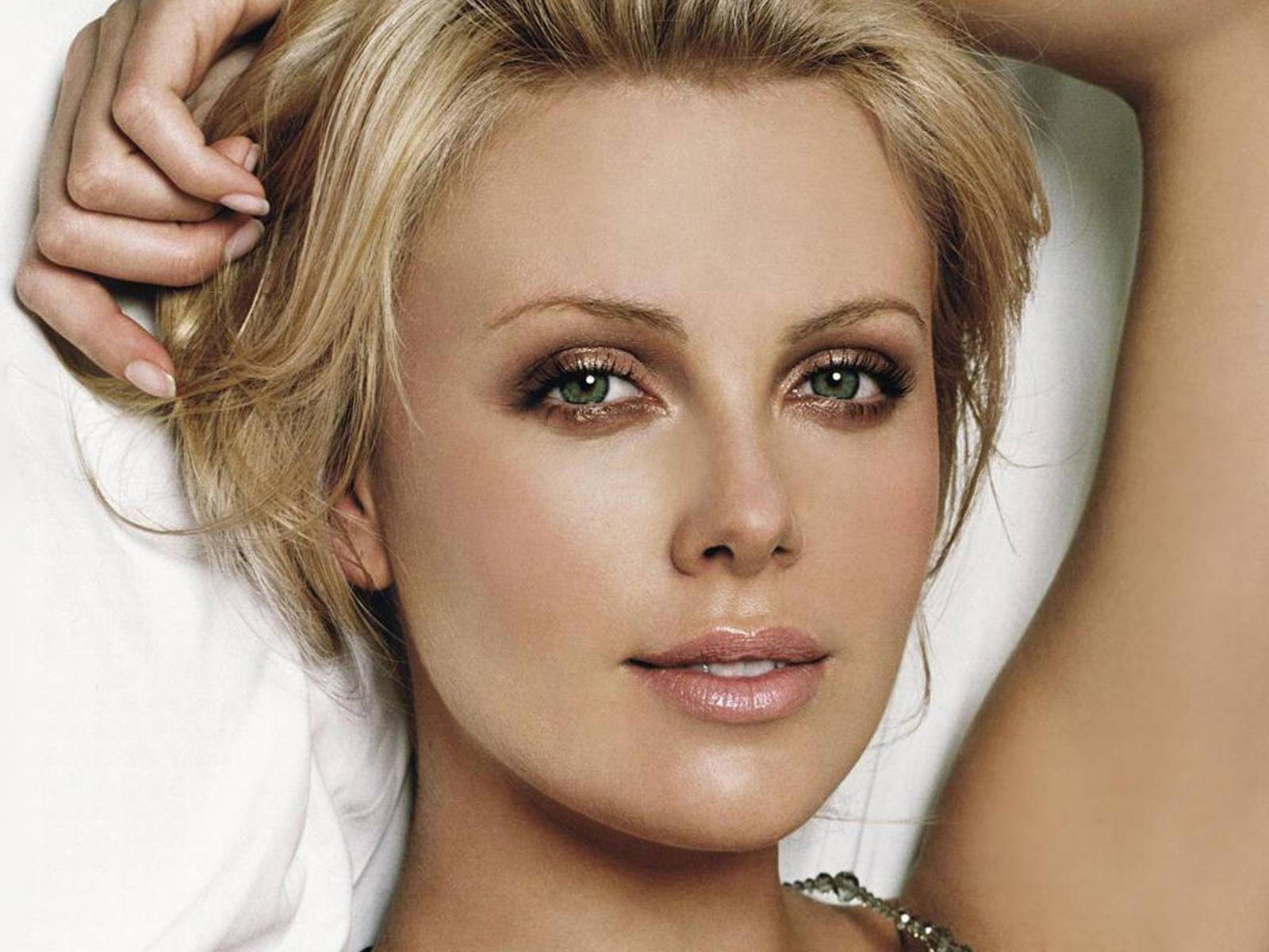 Theron nackt charlize Sexy Charlize